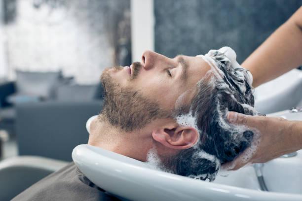 at the hairdresser - lavarsi i capelli foto e immagini stock
