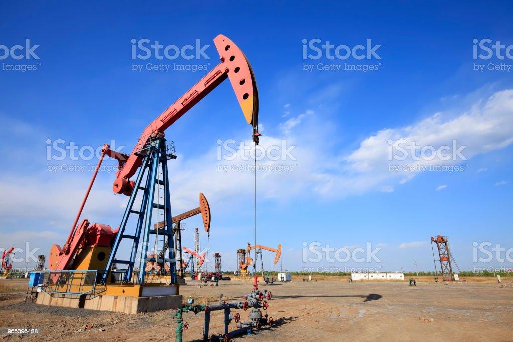Im Ölfeld läuft die Ölpumpe. Timelapse - Lizenzfrei Abenddämmerung Stock-Foto