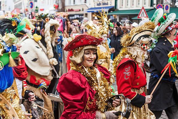 die rose monday parade in köln - karnevalskostüme köln stock-fotos und bilder
