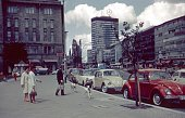 Berlin (West), Germany, 1976. At Wittenbergplatz in the Schöneberg district. Furthermore: pedestrians, parked cars, the KaDeWe, buildings and the Tauentzienstraße.