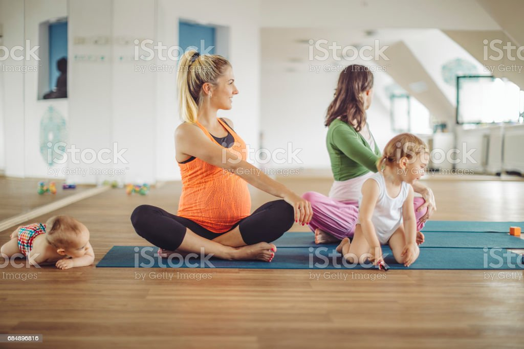 Im Yoga-Kurs Lizenzfreies stock-foto