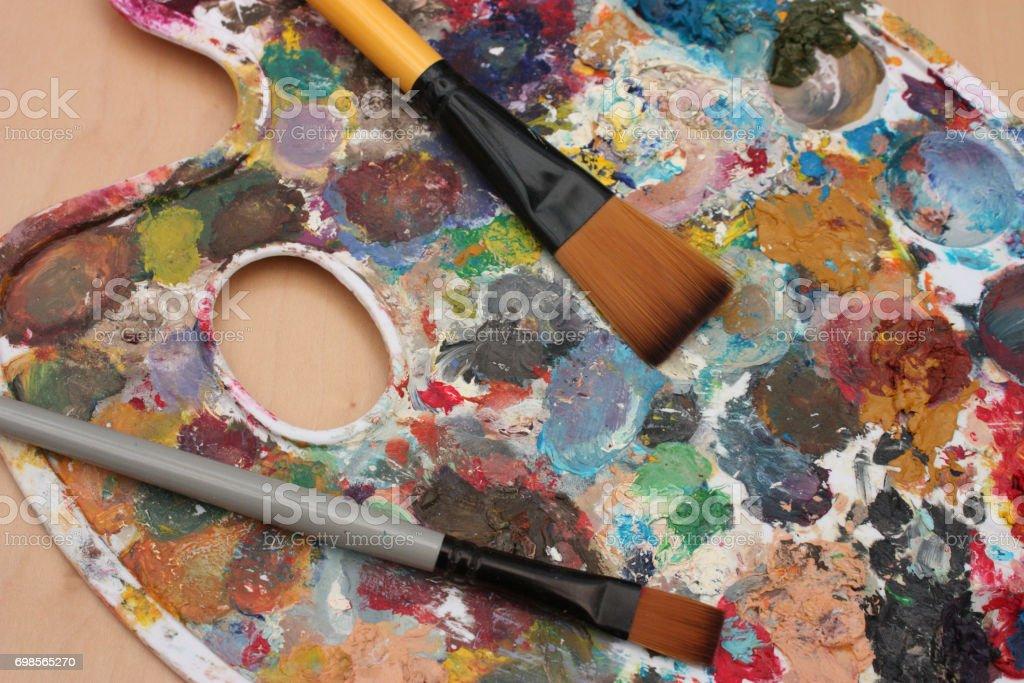 Peintre de atelier d'artiste - Palette multicolore - pinceaux - Photo
