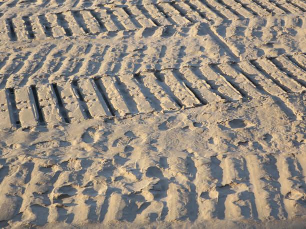 aterpillartracks in het zand op hij elk van Oostende in Begium foto