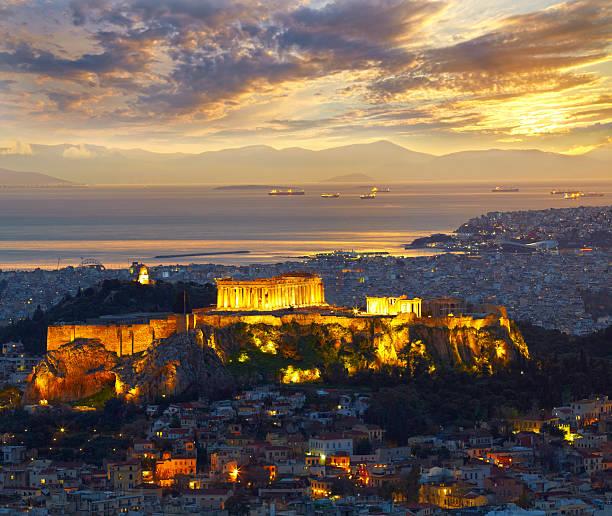 Atenas, Grecia.   Después de la puesta de sol.   Parthenon y Herodium constructio - foto de stock