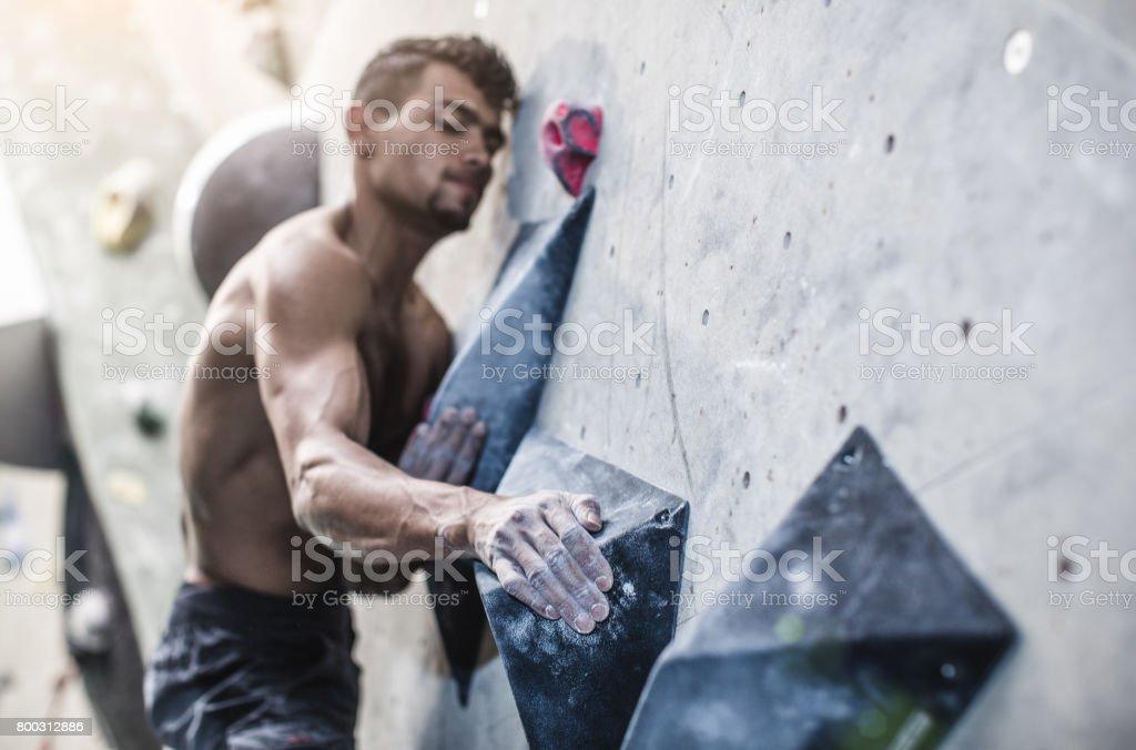 Sportler in einem Fitnessstudio Bouldern Klettern – Foto