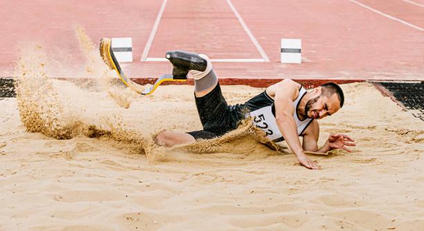 atleta discapacitado amputado salto de longitud - foto de stock
