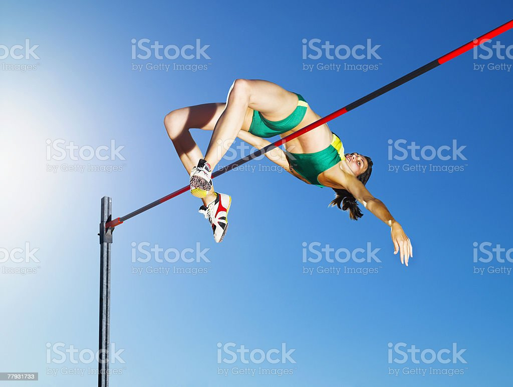 Atleta de salto en la arena - foto de stock