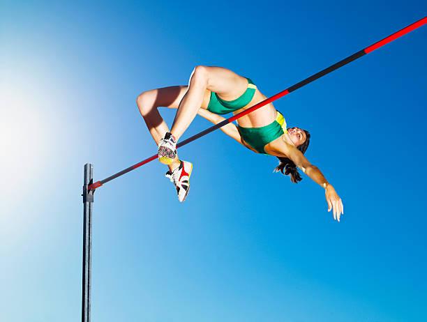 atleta de salto em uma arena - atletismo - fotografias e filmes do acervo