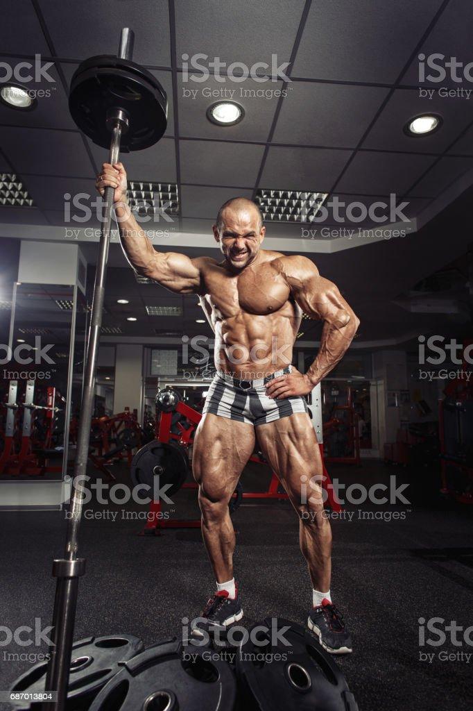 Athlete muscular bodybuilder in the gym training with bar Lizenzfreies stock-foto