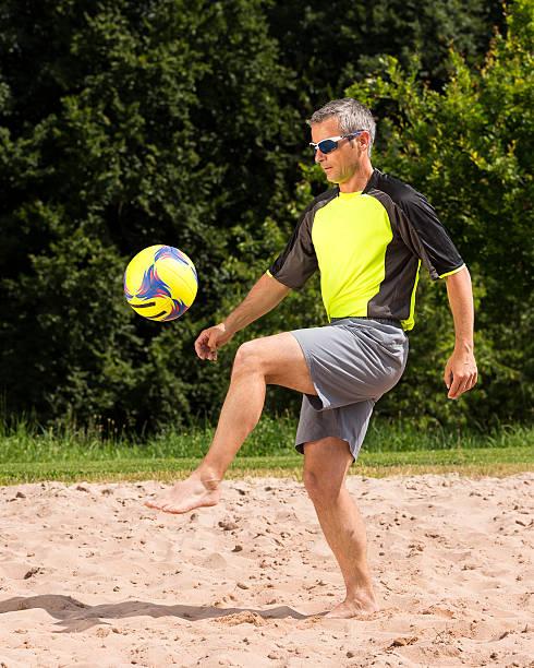 atletas jogar futebol de praia - futebol de areia - fotografias e filmes do acervo