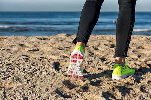 Sportowiec Biegacz stopy na plaży – zdjęcie