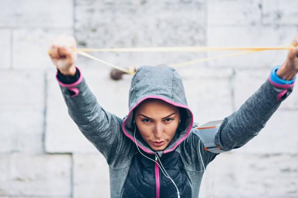 sportler trainieren mit widerstand band - armband i gummi stock-fotos und bilder