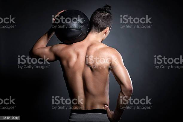 Atleta Con Bola De Ejercicio Foto de stock y más banco de imágenes de Articulación humana