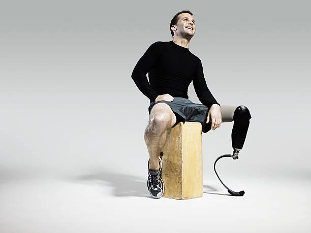 athlete with prosthetic leg - protesutrustning bildbanksfoton och bilder