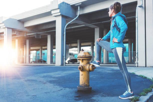 Athlet Frau ruht auf der Straße – Foto