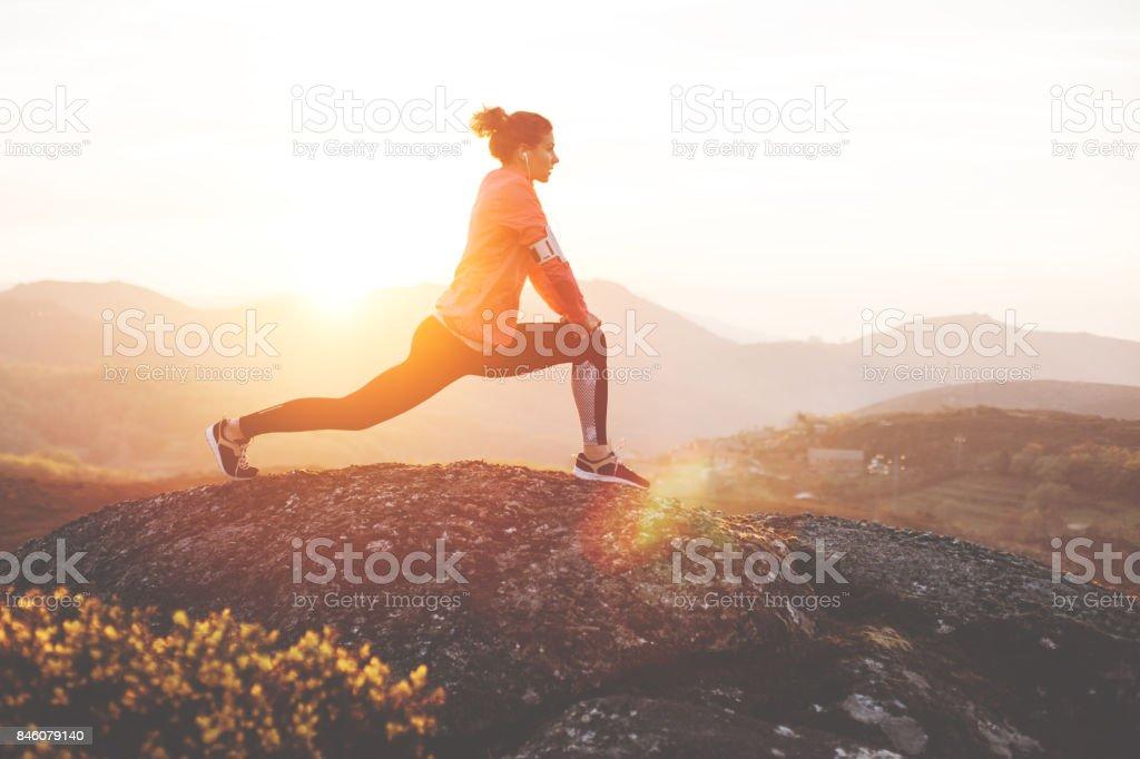 Athlet Frau dehnen im freien – Foto