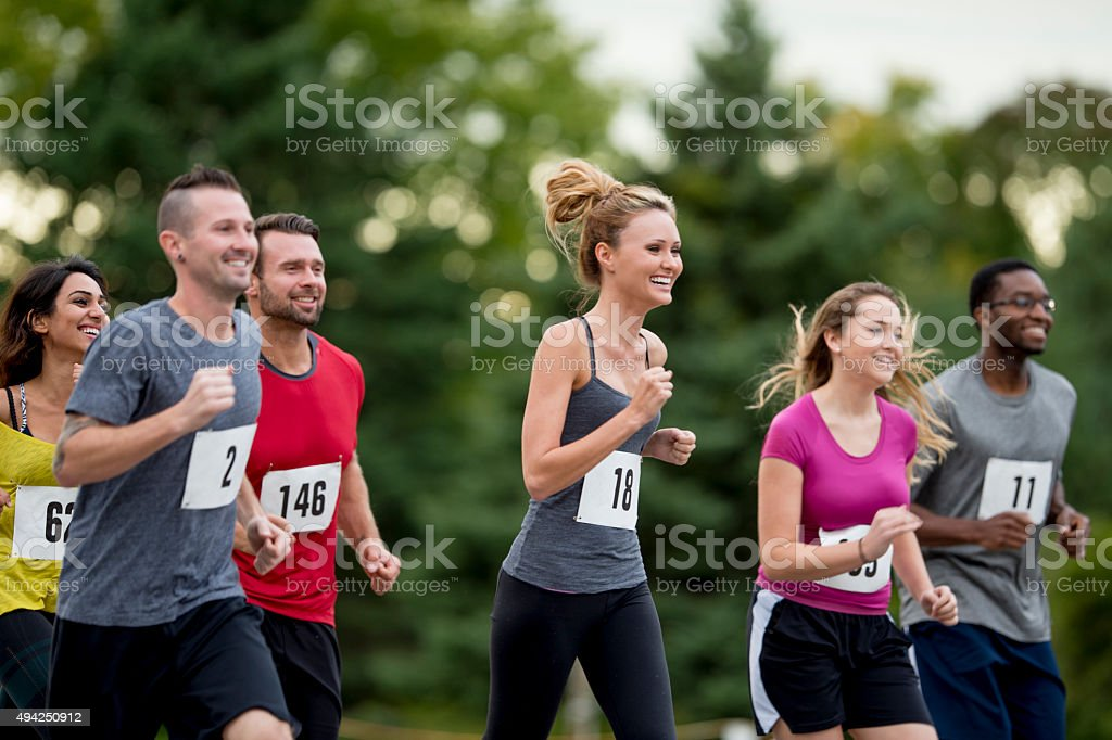 Atletas de corrida em uma corrida juntos - foto de acervo