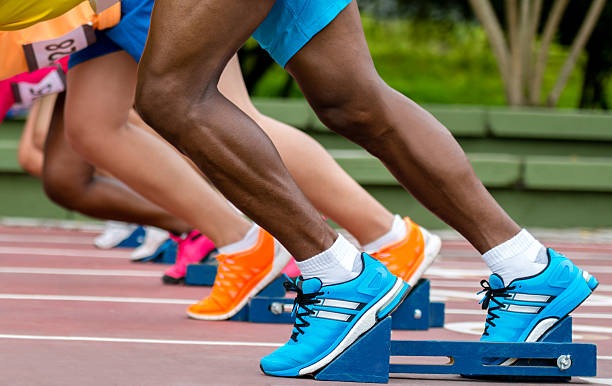 atletas listo para ejecutar - set deportivo fotografías e imágenes de stock