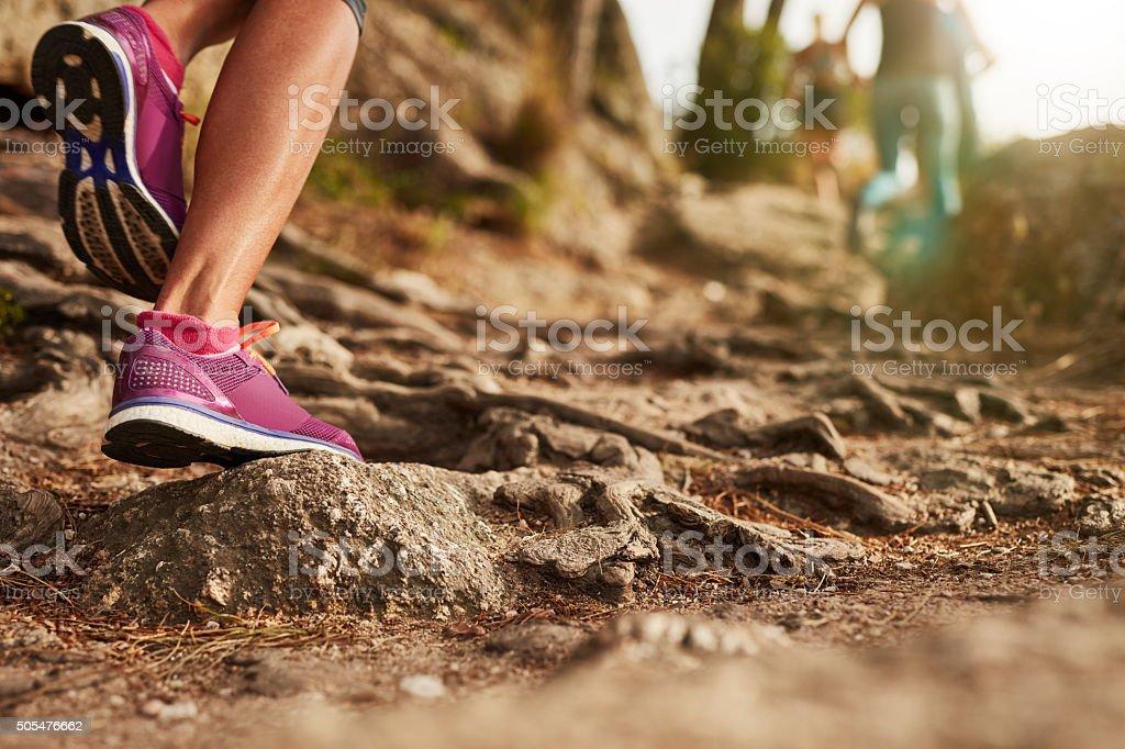 Athlete's sports Schuhe auf ein Trampelpfad wandern. Lizenzfreies stock-foto
