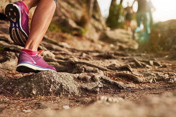 atleta zapatos deportivos en una pista de tierra. - trail running fotografías e imágenes de stock