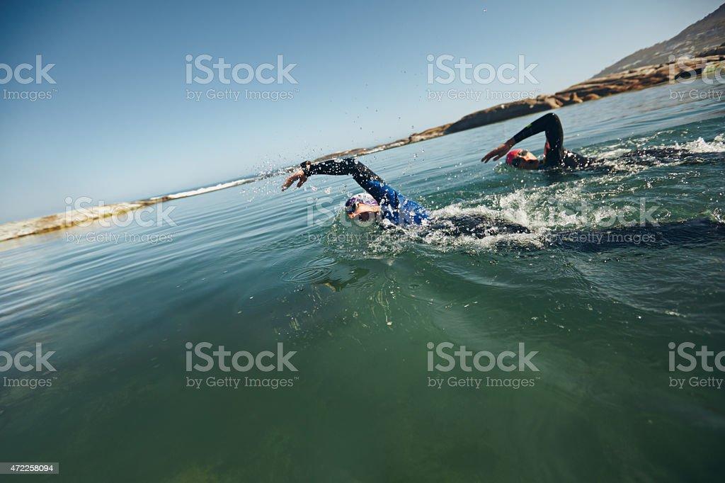 Sportler Schwimmen auf triathletic Wettbewerb – Foto