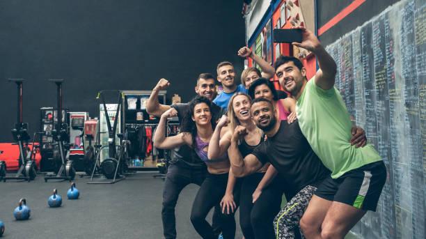 atleten die een selfie maken met de mobiel in de sportschool - call center stockfoto's en -beelden