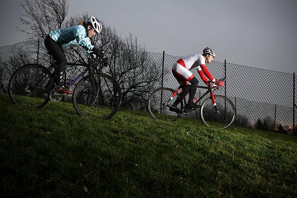 sportler beim training für ein cyclo-cross-rennen - cyclocross stock-fotos und bilder
