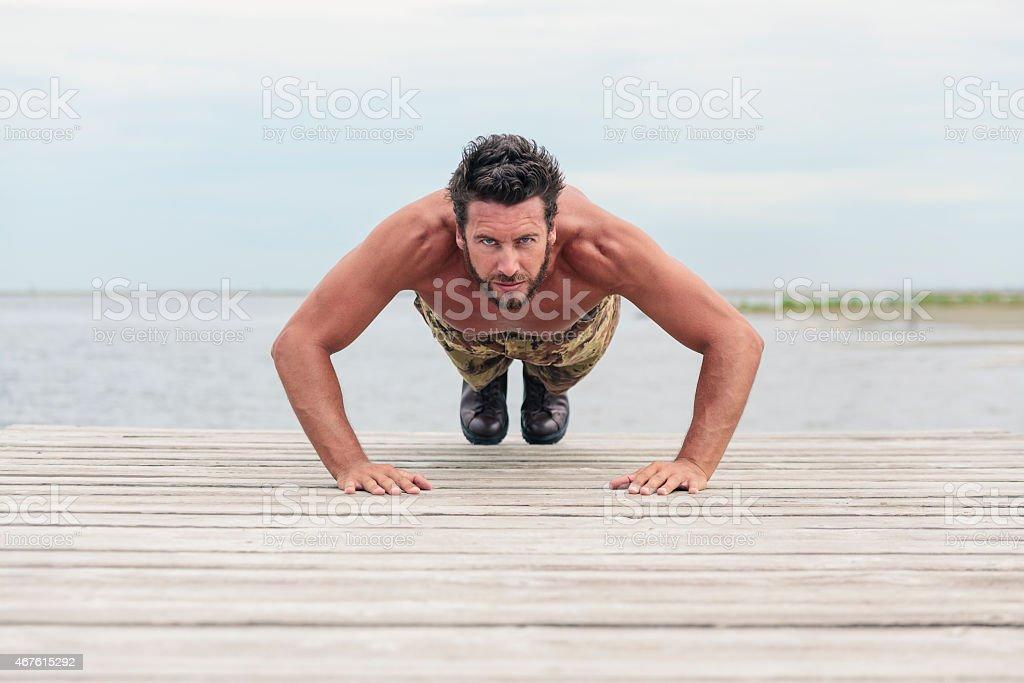 Athletic Armee tun, Push-Up-Übung am Strand – Foto
