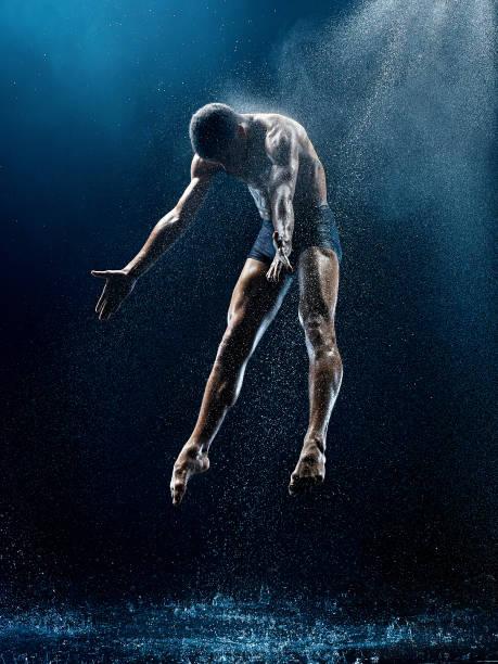 sportliche ballerina mit wasser - männliche körperkunst stock-fotos und bilder