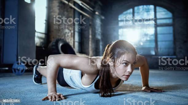 Athletic Beautiful Woman Czy Pompki Jako Część Jej Kulturystyka Siłownia Szkolenia Rutynowe - zdjęcia stockowe i więcej obrazów Ćwiczyć