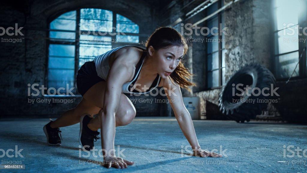 Tahta Her m eğitim rutin bir parçası olarak çalışan atletik güzel kadın yok. - Royalty-free 30-40 yaşları arası Stok görsel