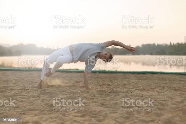 Foto de Formação De Treino De Executante De Capoeira Atlético Sobre A Praia Sunris e mais fotos de stock de Adulto