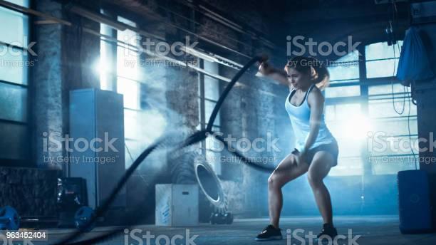 Bir Spor Salonunda Atletik Erkek Egzersizleri Ile Savaş Ipler Onun Egzersiz Sırasında Yoğun Aralığı Eğitim Kas Ve Ateşli Bir Kız Spor Salonu Terk Fabrikada Soğuk Ortam Stok Fotoğraflar & Aktif Hayat Tarzı'nin Daha Fazla Resimleri