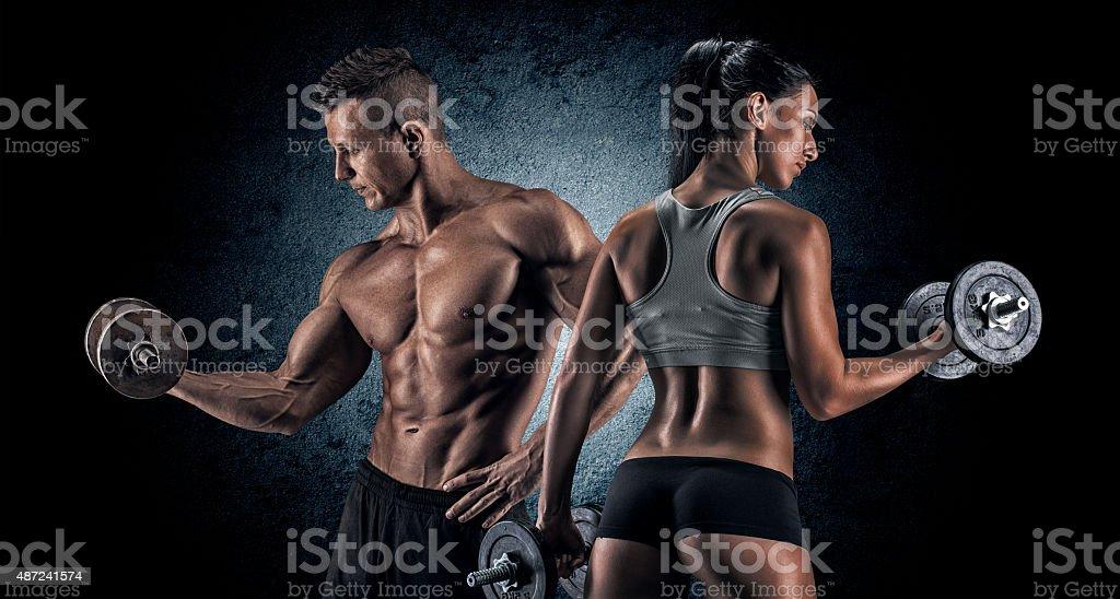 Sport homme et femme avec des haltères. - Photo