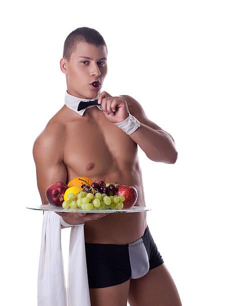 Sportlichen Mann wie striptease-Kellner halten, Obst – Foto