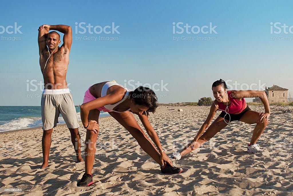 Sportliche Personen an der Küste – Foto