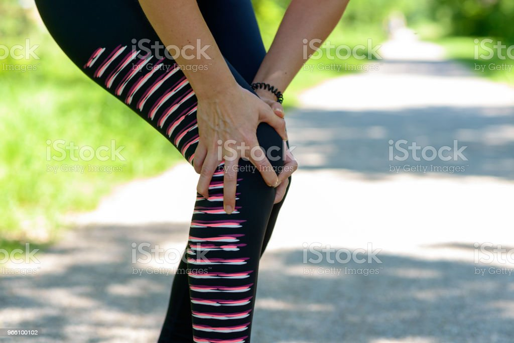 Athletic Woman Holding her Injured Knee - Royalty-free Adulto Foto de stock