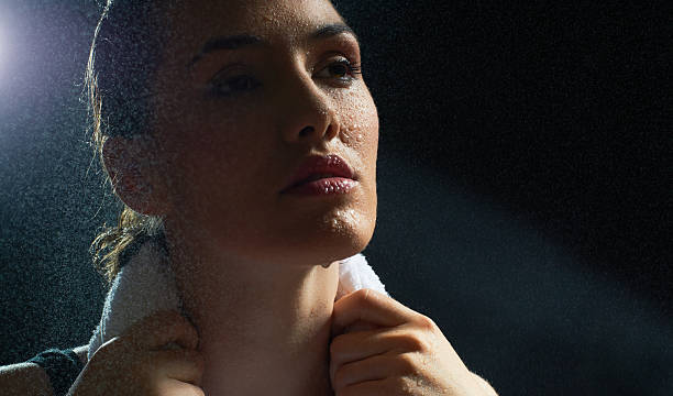Athletic mujer con cara con fregadero - foto de stock