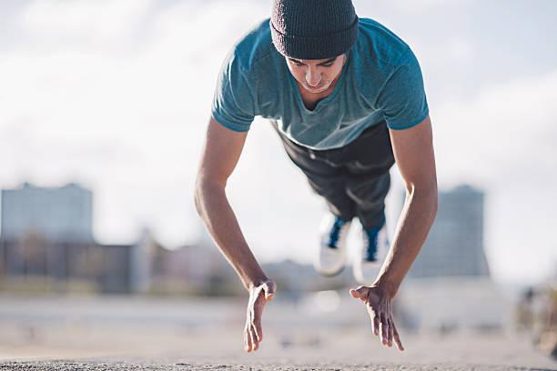 atletico giovane uomo facendo volare push up - man city exercise abs foto e immagini stock