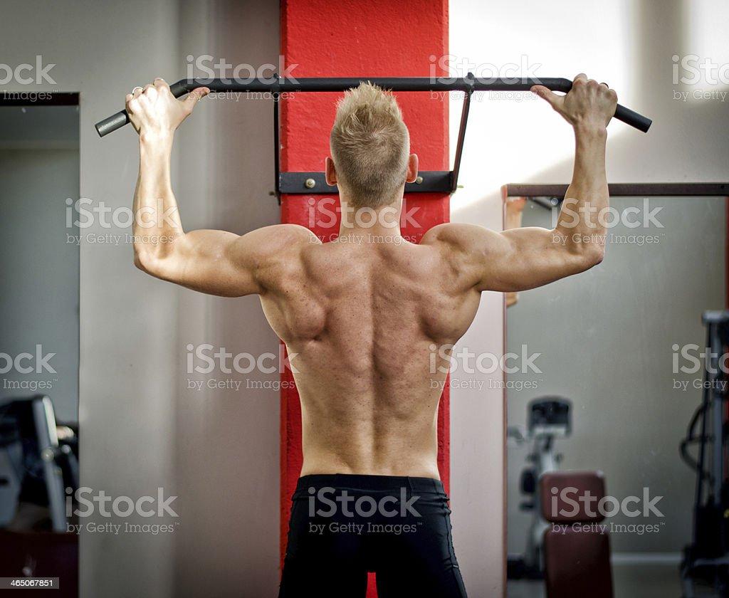 Hombre joven atlético de montaje de equipos - Foto de stock de Actividad libre de derechos
