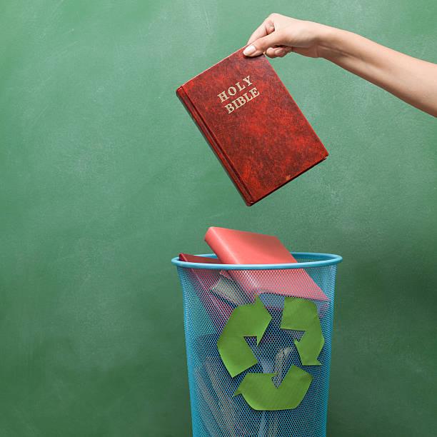 athseist throws away bible to the recycling bin - 大比大 聖經人物 個照片及圖片檔
