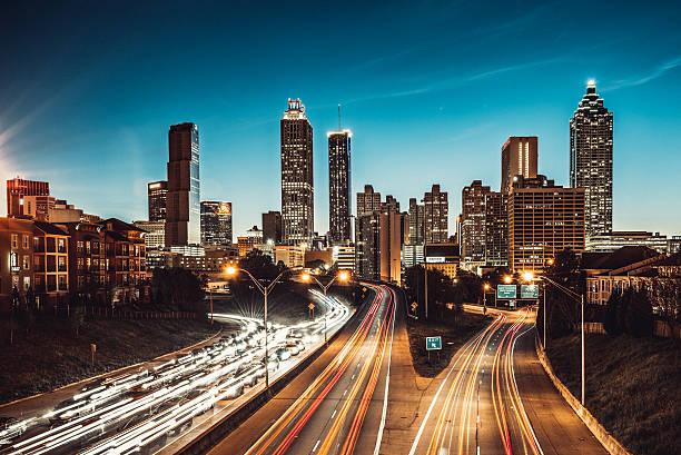атланта skyline в сумерках - деловой центр города стоковые фото и изображения