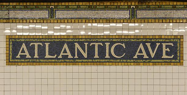 Señal de metro Atlantic Avenue, Brooklyn, Nueva York - foto de stock