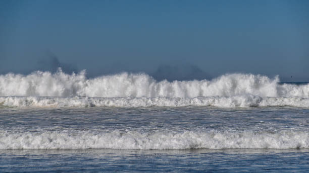 atlantikwellen stürzen am strand von agadir, marokko - roll tide stock-fotos und bilder