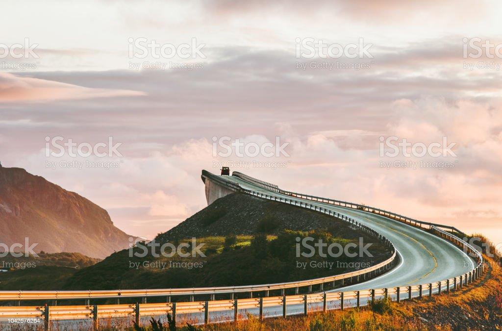 Die Atlantikstraße in Norwegen Storseisundet Brücke über den Ozean Weg zu den Wolken skandinavischen Reisen Sehenswürdigkeiten – Foto