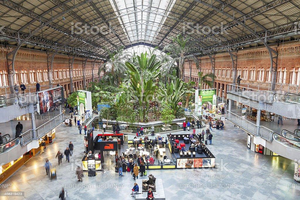 Atocha estación en Madrid en Navidad - foto de stock
