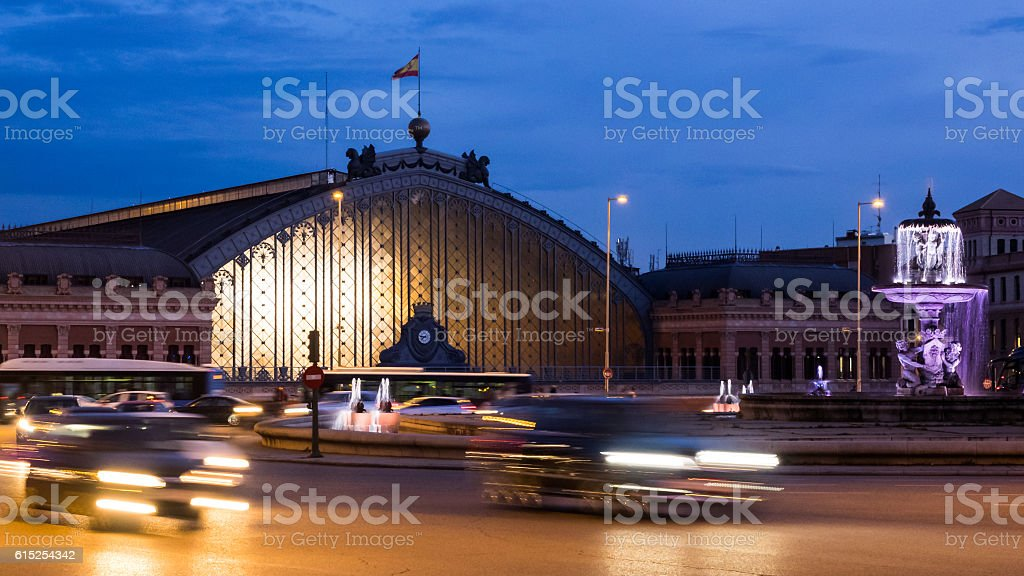 Atocha station of Madrid, Spain, at night - foto de stock