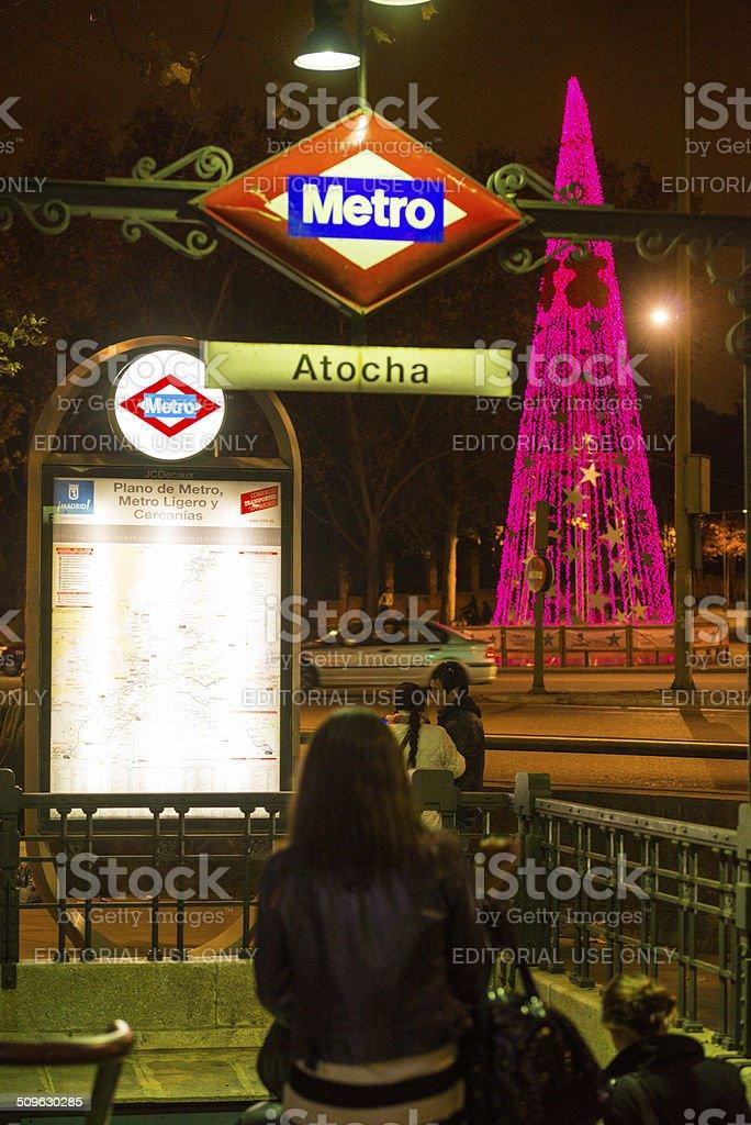 Atocha la estación del metro y árbol de Navidad en Madrid, España - foto de stock