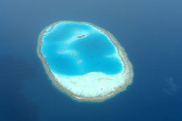 Atollo in Oceano Indiano da un punto di vista aereo - foto stock