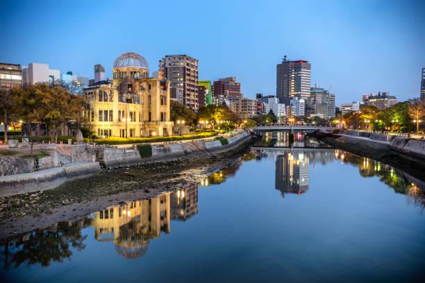 atomic bomb dome in hiroshima at dusk, japan - hiroshima zdjęcia i obrazy z banku zdjęć